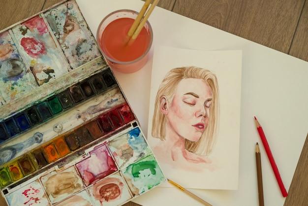 Kreativer prozess, das gesicht des schönen jungen mädchens zeichnend