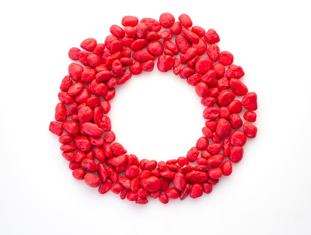 Kreativer roter stein auf weiß