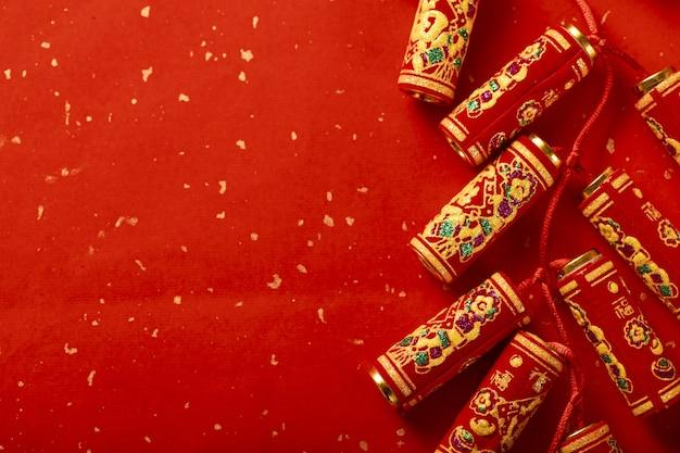 Kreativer schuss von feuerwerkskörpern auf einem roten