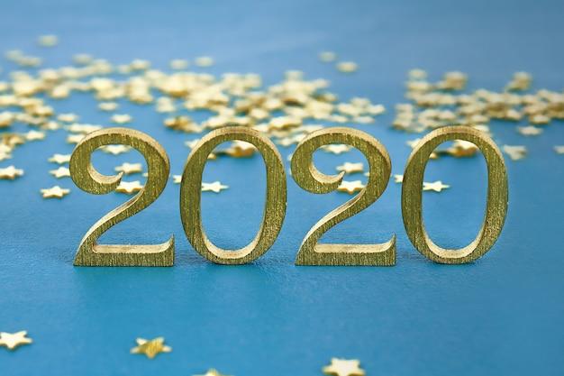 Kreativer text guten rutsch ins neue jahr 2020 geschrieben in goldhölzerne buchstaben.