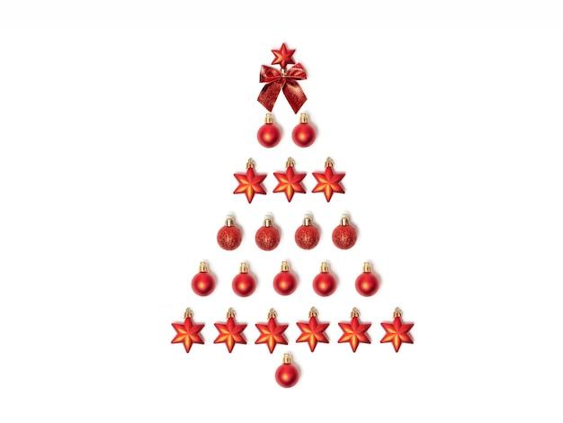 Kreativer weihnachtsbaum aus roten weihnachtsspielzeugen. flach liegen. gestaltungselement. neujahrskarte.
