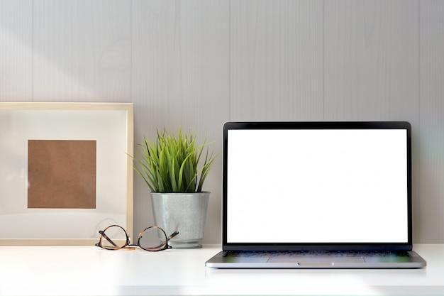 Kreativer weißer arbeitsplatz und kopienraum