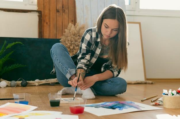 Kreativer zeitgenössischer maler long shot