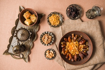 Kreatives arabisches nahrungsmittelkonzept für ramadan