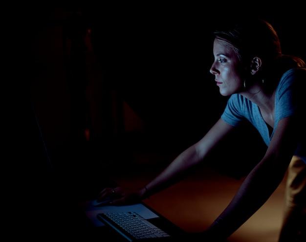 Kreatives arbeiten am computer in einem studio