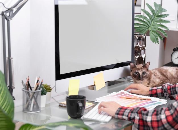 Kreatives arbeiten des grafikdesignerkünstlers an computer am schreibtisch im büro.