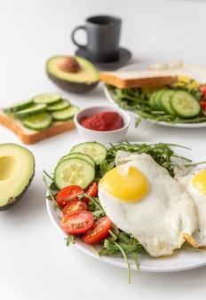 Kreatives arrangement des frühstücks