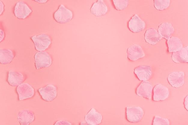 Kreatives arrangement für quinceañera-party mit rosenblättern