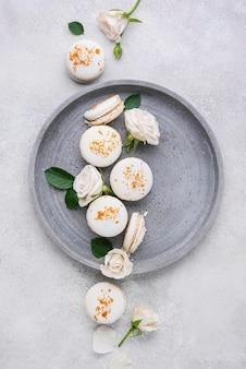 Kreatives arrangement köstlicher macarons