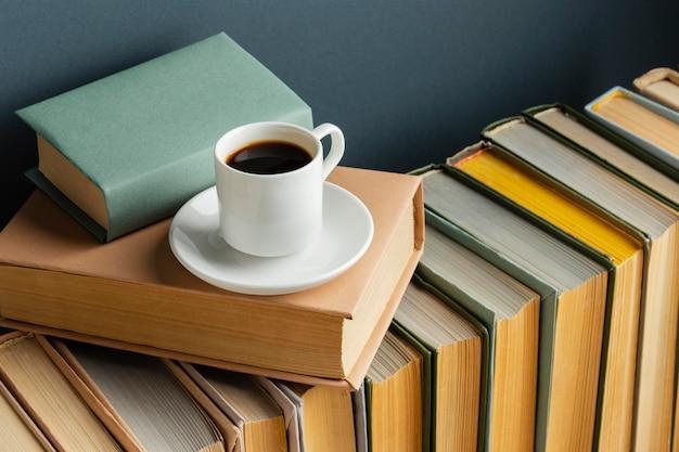 Kreatives arrangement mit verschiedenen büchern und kaffee
