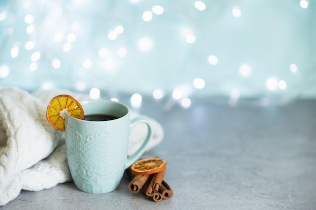 Kreatives bild der heißen schokolade mit sahne und der zimtstange in einer blauen rustikalen keramischen schale.