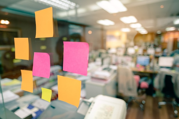 Kreatives brainstorming vom startup business team mit haftnotizen auf glas.