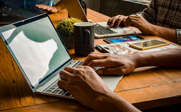 Kreatives büroteam und erfolgreiche teamarbeit. (gemeinsames arbeitspraktikum konzept.)