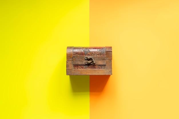 Kreatives concpet der abstrakten holzkisteschatztruhe auf doppelter farboberfläche