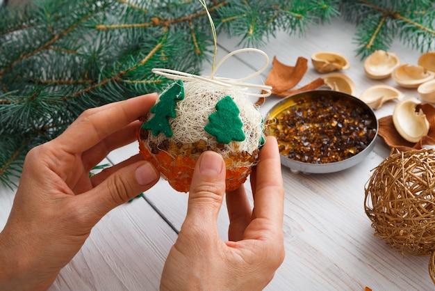 Kreatives diy-bastelhobby, herstellung von handgefertigten weihnachtsschmuck und -kugeln aus filz