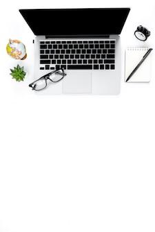 Kreatives ebenenlagefoto des modernen arbeitsplatzes mit laptop, draufsichtlaptophintergrund und kopienraum