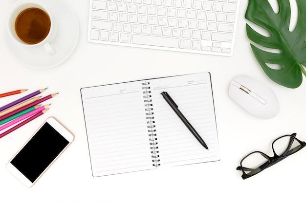 Kreatives flaches lagefoto des modernen arbeitsplatzes mit laptop, draufsichtlaptophintergrund und kopienraum auf weißem hintergrund, über der ansicht geschossen von den computern auf weißem hintergrund
