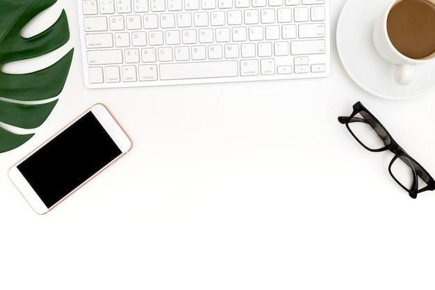Kreatives flaches lagefoto des modernen arbeitsplatzes mit laptop