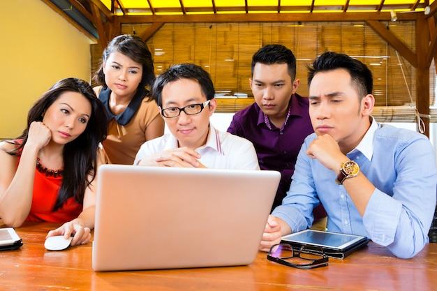 Kreatives geschäft asien, team meeting im büro