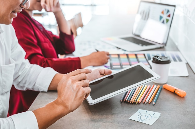 Kreatives geschäft des teams unter verwendung der tablettenplanung und denken an neue ideen für erfolgsarbeitsprojekt im café