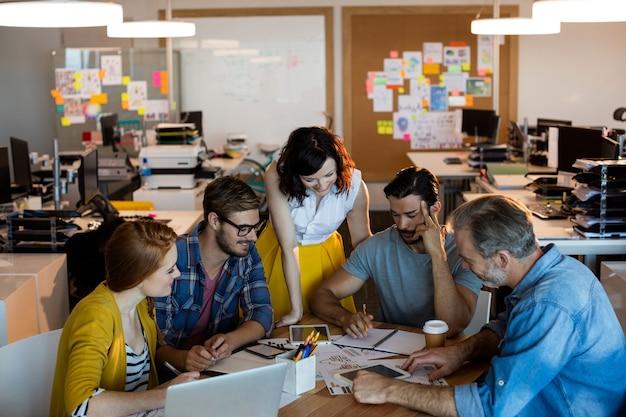 Kreatives geschäftsteam, das eine besprechung im büro hat