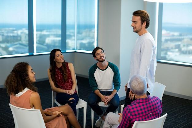 Kreatives geschäftsteam, das im büro diskutiert