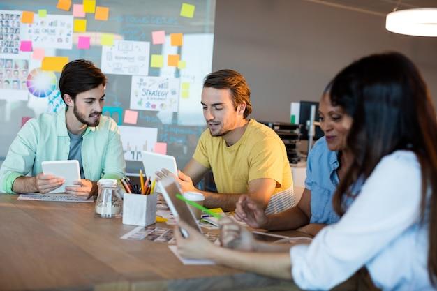 Kreatives geschäftsteam, das zusammen auf schreibtisch im büro arbeitet