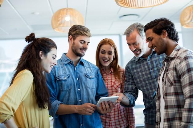 Kreatives geschäftsteam mit digitalem tablet im büro