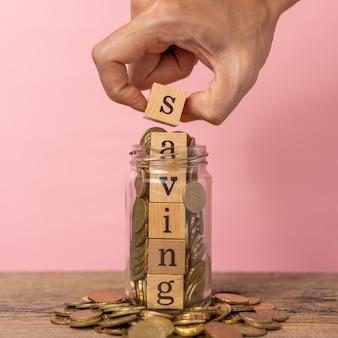 Kreatives konzept, das geld mit stapel von münzen spart.