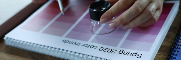 Kreatives konzept der kalendermonatsauswahltrendfarbwerbung
