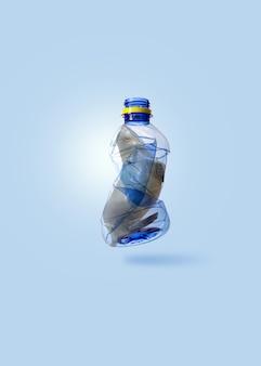 Kreatives konzept durch foto des siegels (spielzeugmodell), das in transparente blaue plastikflasche geklebt wird, mit kopienraum und weicher pastellfarbe getönt.