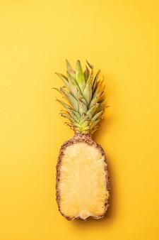 Kreatives layout aus ananas, minimalistischer stil. flach liegen.