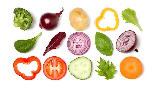 Kreatives layout aus tomatenscheibe, zwiebel, gurke, basilikumblättern