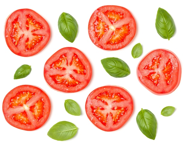 Kreatives layout aus tomatenscheiben und basilikumblättern