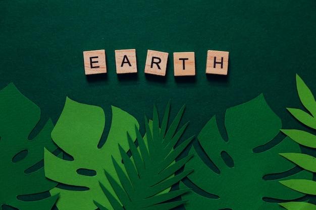 Kreatives layout aus tropischen blättern mit der aufschrift