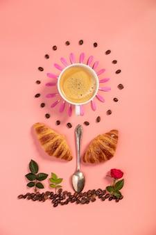 Kreatives layout aus wecker, croissants, kaffeebohnen und blumen