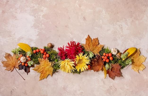 Kreatives layout der schönen botanischen komposition des herbstes mit blumen, moos und gelben herbstblättern