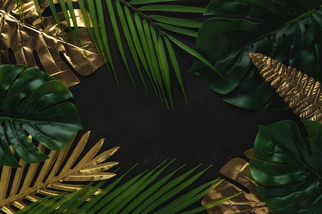 Kreatives layout mit goldenen und grünen tropischen palmblättern auf schwarzem hintergrund.