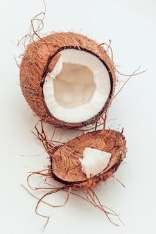 Kreatives layout von einer kokosnuss auf einem weißen hintergrund.