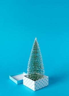 Kreatives layout von geschenkboxen und weihnachtsbaum