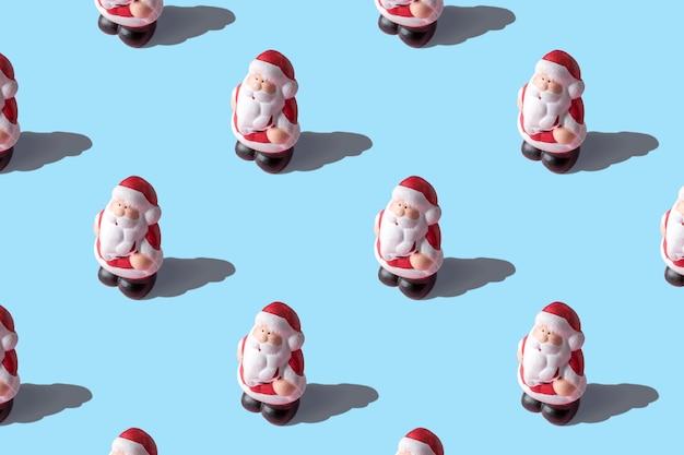 Kreatives layout von kleinen weihnachtsmännern