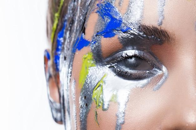 Kreatives make-up auf einem schönen sinnlichen mädchen