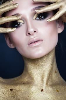 Kreatives make-up der eleganten frau mit goldenen sternen