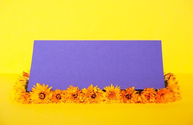 Kreatives modell wurde aus gelbem löwenzahn hergestellt.