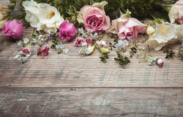 Kreatives muster, blumenrahmen aus bunten frühlingsblumen anemonen, rosen, gänseblümchen mit kopierraum. minimaler stil. flach liegen. mutter, valentinstag, frauen, hochzeitstag-konzept.