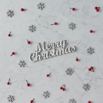 Kreatives muster der weihnachtsdekoration auf marmortisch. urlaubskonzept. flach liegen.