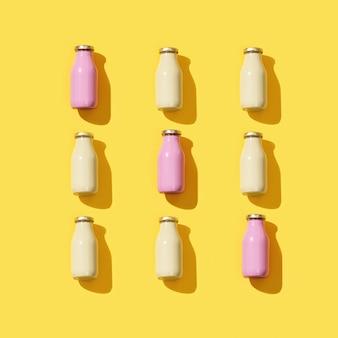 Kreatives muster mit kleinen glasflaschen für saft mit hartem licht.