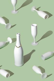 Kreatives muster mit weißer champagnerflasche und champagnergläsern.