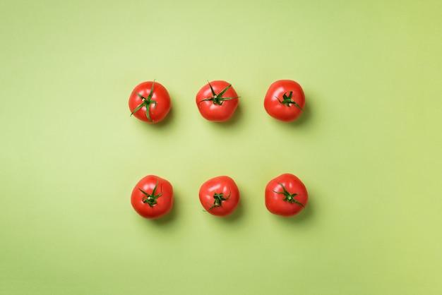Kreatives muster von roten tomaten. minimales design. vegetarisches, veganes, biologisches lebensmittel- und alkalisches mahlzeitkonzept
