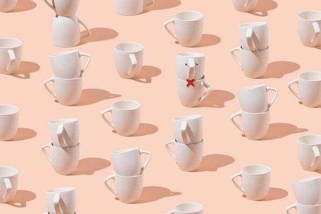 Kreatives muster von tassen auf pastellrosa hintergrund. minimales konzept. isometrisches layout